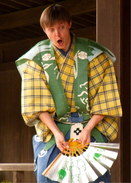 Ondřej Hýbl v představení kjógenu  Lahodný jed, ostrov Mijadžima, 2010 FOTO ARCHIV ONDŘEJE HÝBLA