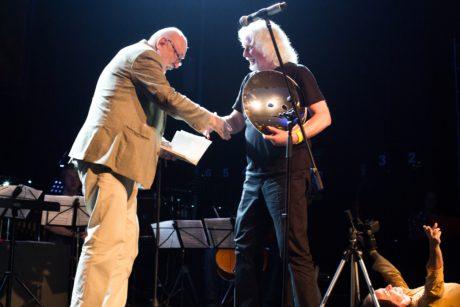 Profesor Ivo Krobot gratuluje profesoru Petr Oslzlému FOTO ANDREA MALINOVÁ
