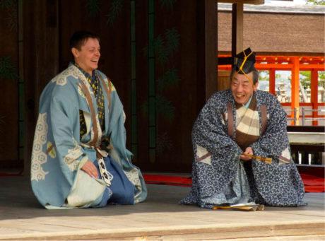 Představení kjógenu Sado kicune – Lišky z ostrova Sado. Ondřej Hýbl a Šigejama Sengoró, současná hlava rodu Šigejama a starší bratr Šimeho. Ostrov Mijadžima, 2011 FOTO ARCHIV ONDŘEJE HÝBLA