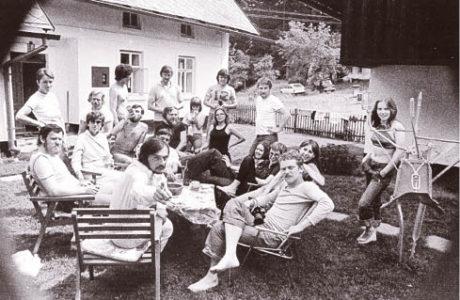 Léto 1975. Divadlo na tahu poprvé na Hrádečku, ještě před premiérou Žebrácké opery v Horních Počernicích. Fotografováno na  dvorku chalupy Václava Havla.