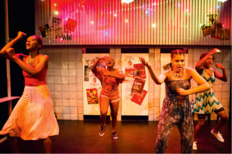 Hudba a tanec evokovaly revoluční kulturní podhoubí Lagosu 80. a 90. let minulého století (Adura Onashile: Expensive Shit, premiéra 4. srpna 2016, Traverse Theatre Company, Edinburgh)  FOTO SOLLY JUBB
