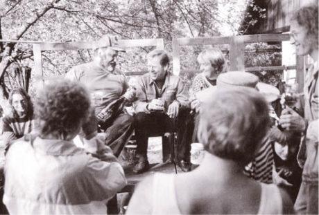 Léto 1991, první polistopadová Zahradní slavnost. Šampaňské, které nám věnoval (a s námi vypil) Václav Havel po úspěšné generální zkoušce Horského hotelu, rozlévá představitel role Dlaska a první interpret Macheatha v světové premiéře Havlovy Žebrácké opery v Horních Počernicích Viktor Spousta.
