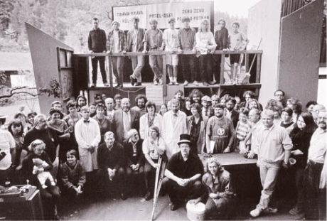 Léto 1993. Společná fotografie s autorem po veřejné zkoušce Vyrozumění.       4 × FOTO  BOHDAN  HOLOMÍČEK