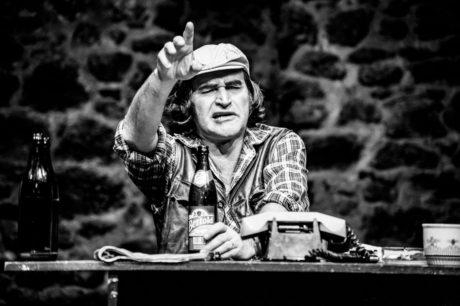Sládek Jana Kolaříka působí mnohem nebezpečněji než bodří opilci z jiných inscenací této hry. FOTO archiv DUS