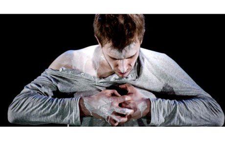 Přechod Vaňka z Audience na podstavec do rychle přestavěné scény Katastrofy proběhl přirozeně, s jasným povědomím o tom, že Vaněk je Havel. FOTO archiv DUS