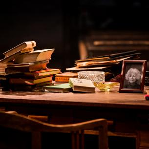 Ústředním bodem je Rašínův psací stůl, odkud se rozbíhají dialogické linky do prostoru. FOTO archiv DHnP