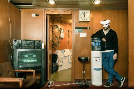 Herci na jevišti a v publiku použili stejné masky. FOTO PETR NEUBERT