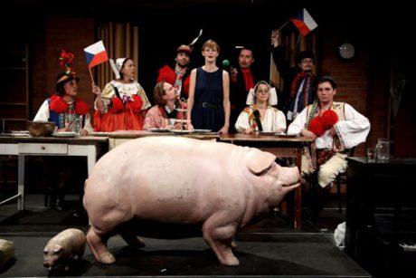 Na piazzetě Národního divadla se hrála slavná inscenace Divadla Husa na provázku – Prase. FOTO arhiv DHnP