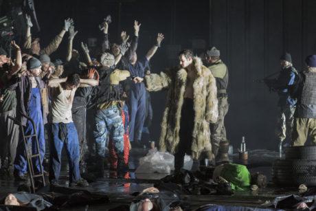 Hans Kittelmann, Benjamin Weaver, Kay Stiefermann, Marcell Bakonyi, Chor des Staatstheater Nürnberg. FOTO LUDWIG OLAH