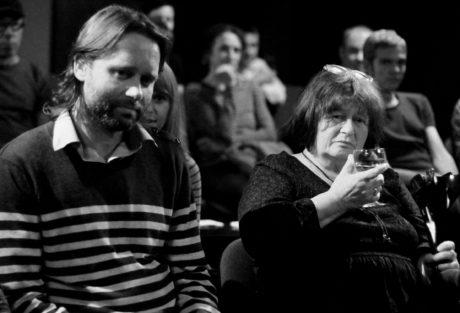 hudebník Jan Pták a Mirka Císařová během jednoho z loňských diskusních večerů. FOTO archiv Divadla Kámen