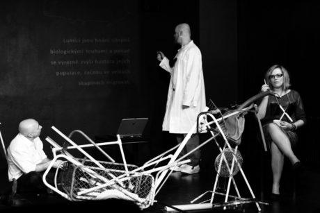 Vladimir Benderski, Petr Bláha Nejedlý, Lenka Záveská v inscenaci Mamut. FOTO archiv Divadla Kámen
