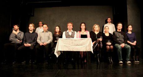 Soubor Divadla Kámen (šéf souboru Petr Macháček sedí uprostřed u stolu) - foto k inscenaci Výhled na řeku labe. FOTO archiv souboru