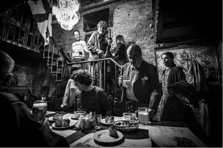 Česká kulturní úderka (Břetislav Rychlík a Karel Schwarzerberg) přichází do Kupidonu, duben 2015 FOTO David Konečný