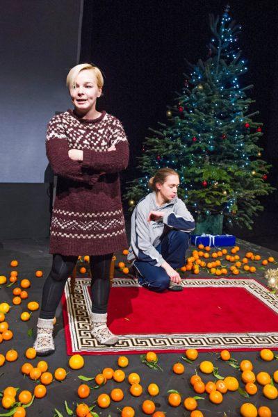Z představení Času žen v londýnském Young Vic v prosinci 2015 (Marina Jurjevič a Maria Sazonava). FOTO TRISTRAM KENTON