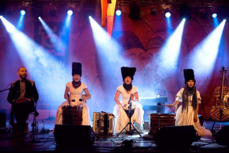 Naštěstí ale před lešením jsou na velkém pódiu, jako by šlo rockový band, rozloženi čtyři hudebníci v trochu komických lidových kostýmech s vysokými černými beranicemi na hlavách. FOTO archiv
