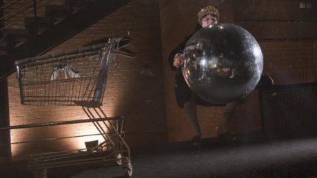 Chrobáci v buranských kožiších vozili smrdutou disko kouli v drátěném vozíku z obchodního domu. FOTO archiv DHnP