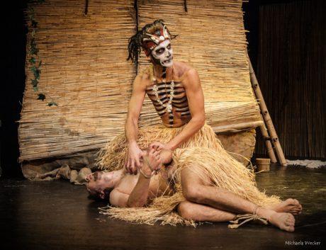 V hlavním hracím sále, v záplavě azuru, se na scéně odehrával příběh o bájném ztroskotanci Robinsonu Crusoe… FOTO archiv divadla