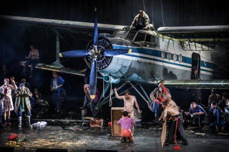 Nejpřekvapivějším nápadem režiséra se stalo spuštění celokovového, jednomotorového, pomněnkově modrého dvojplošníku Antonov AN-2 doprostřed jeviště. FOTO archiv divadla