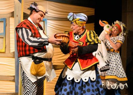 Jája a Pája, kreslený seriál televizních večerníčků, ožil na jevišti Radosti v míře barevné hojnosti a nespoutané hybnosti. FOTO archiv divadla