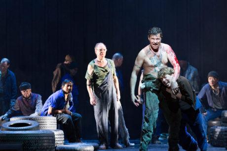 V opeře před zraky diváků se odehrávají zpovědi vězňů střídané momenty všedního vězeňského života, jehož součástí jsou chvíle hádek, opilství, nafoukaného vychloubání, mlčení i vzácné radosti. FOTO archiv divadla