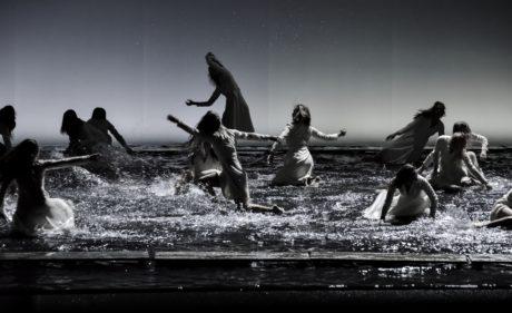 Lávky na vodní ploše přestavují tanečnice FOTO (c) NdB opera / Marek Olbrzymek