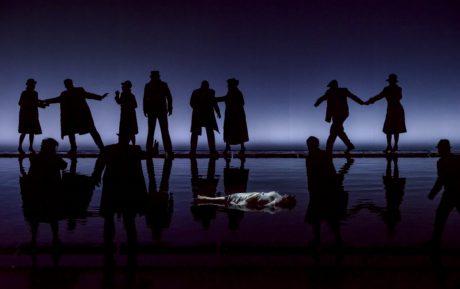 Ve vodě Káťa končí svůj život (Pavla Vykopalová) FOTO (c) NdB opera / Marek Olbrzymek
