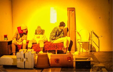 Jindřiška Křivánková, Anita Krausová a Jana Kozubková v inscenaci Poutník spolku Kolonie (režie Lucie Ferenzová, premiéra 14. prosince 2015) FOTO  DITA HAVRÁNKOVÁ