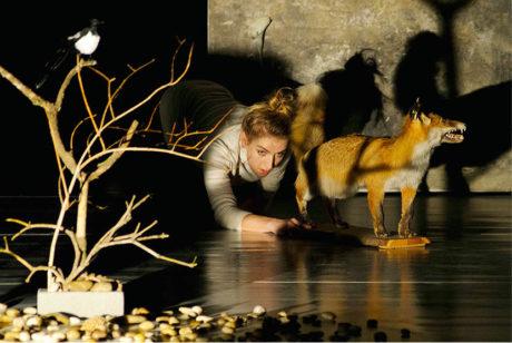 Untitled – solo performance inspirovaná dílem fotografky Francescy Woodman (premiéra 10. prosince 2012)  FOTO SAMO TRNKA