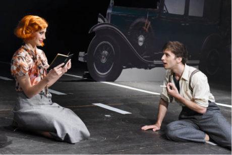 Bonnie (Petra Vraspírová) čte Clydeovi (Roman Tomeš) vlastní verše.... Bonnie & Clyde, Divadlo J. K. Tyla v Plzni FOTO PAVEL KŘIVÁNEK