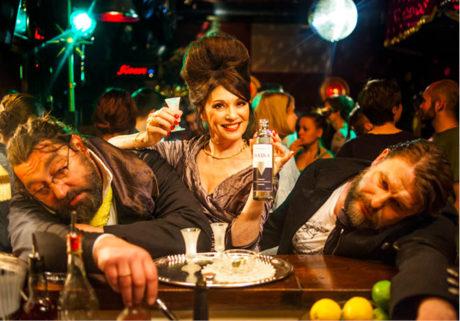Alki Alki. V alkoholovém opojení – vlevo Tobias, vpravo jeho závislost v podobě zpitého kumpána Foto missingFILMs