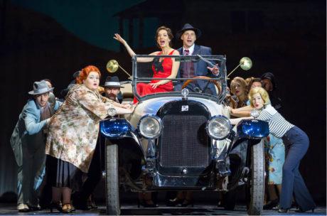 Bonnie (Dasha) a Clyde (Martin Písařík) se v karlínské inscenaci vozí ve skutečném automobilu FOTO DAVID KRAUS