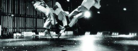 Podtitul projektu je lapidární a přesný: Choreografie pro jedenáct mužů. FOTO BRUNO VANDERMEULEN