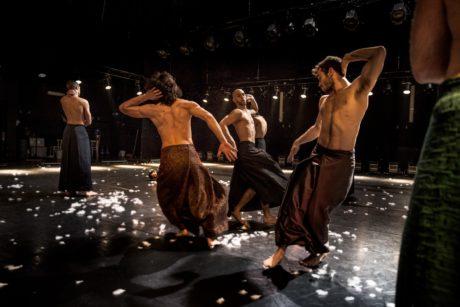 Průsaky animálního, fyzického divadla jsou jako by až v druhém plánu. FOTO DANNY WILLEMS