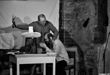 Estébák Machoň (Ivo Kaleta) a Vavák (Jakub Chrobák) v Absintovém klubu Les FOTO  MARTIN POPELÁŘ