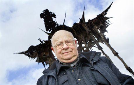 Sochař Aleš Veselý pod slavnou plastikou Kaddish, kterou vytvořil na sympoziu v Ostravě v letech 1967 - 68. FOTO JIŘÍ BENÁK