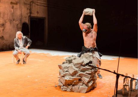 Rostislav Novák staví z hlíny trůn pro svého otce Rostislava Nováka v performanci Black Black Woods FOTO MIKE RAFAIL