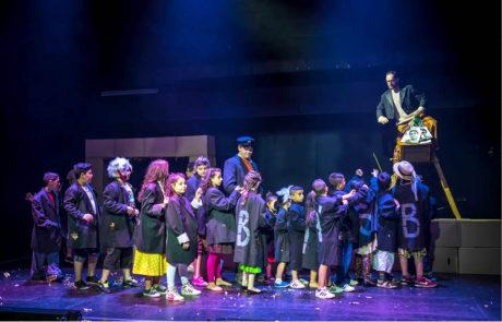 Na štaflích s romskými dětmi v provedení opery Hanse Krásy Brundibár, režie Linda Keprtová, Brundibár z ghetta, Divadlo na Orlí, premiéra 5. června 2015 FOTO LUDVÍK GRYM