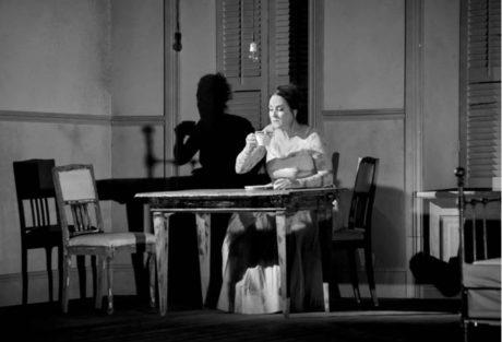 Žena (Katarina Karnéus) v opeře A. Schönberga Očekávání, režie David Radok, ND Brno a Opera Göteborg  FOTO NdB OPERA: MAREK OLBRZYMEK
