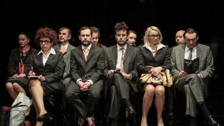 Podobně jako u Europeany nebo Buržoazie Jana Mikuláška se bezejmenný dav tekutě přelévá z jedné situace do druhé. FOTO archiv Divadla Astorka