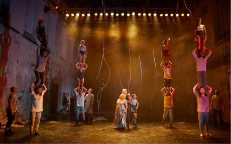 Uprostřed akrobatů stojí rodiče režiséra – Anna Nováková a Rostislav Novák starší, snímek z inscenace Family FOTO JAKUB JELEN
