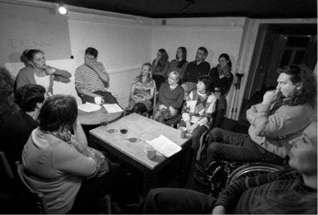 V bytovém divadle usednou diváci u jednoho stolu s herci... FOTO MICHAL HLADÍK