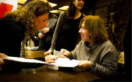 Autorka podepisuje svou knihu Doba z druhé ruky aneb Konec rudého člověka FOTO JAKUB FULÍN