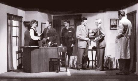 Jan Liška, Milan Draždík, Stanislav Valla, Milada Matuchová, Růžena Preisslerová ad., Georgij Mdivani: Koho tlačí bota, režie Vladimír Bittl, Vesnické divadlo 1954 FOTO ARCHIV AUTORKY