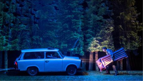 Orffova opera Měsíc začíná příjezdem automobilu značky Trabant na tábořiště v lese FOTO PATRIK BORECKÝ