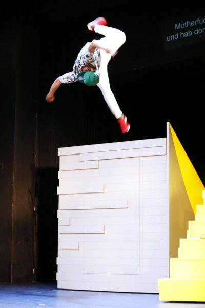 Převážně mluvená inscenace s minimem děje je zpestřena akrobatickými parkourovými skoky jednoho ze žáků, původem Palestince Karima (Karim Daoud). FOTO MGT