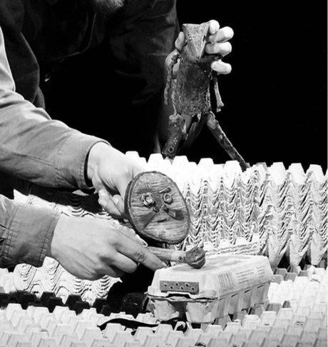 Plata od vajíček se stávají v inscenaci Tisíc tuctů horami, pláněmi i řekou  FOTO FORTUNA HERNÁNDEZ