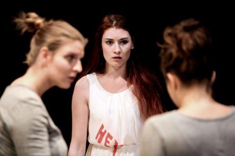 Obdivuhodný herecký výkon, na studentku dlouho neviděný, podala Barbora Goldmannová v roli Viktorie. FOTO RUDOLF VODIČKA