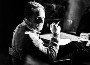 Havel zachumlán v teplém pleteném pulovru s cigarillem ve strunách svých dlaní. FOTO archiv DHnP