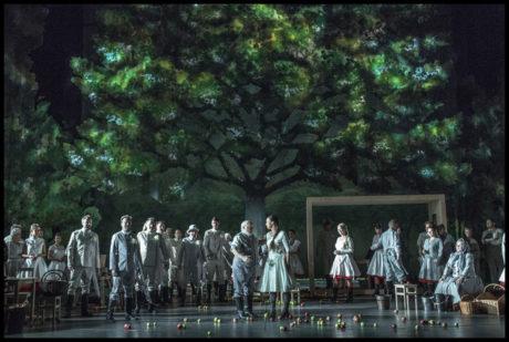 Akordy Janáčkovy hudby projasnily stíny staletých korun stromů. FOTO archiv NdB