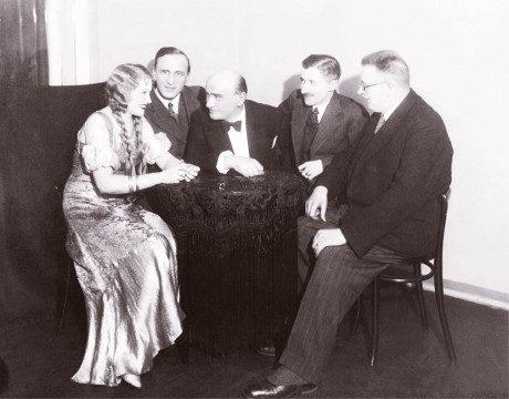 Zleva: M. Zlatarjeva, I. Rubín, K. Hašler, M. Beránek a E. Bass FOTO z knihy 100 let Divadla Rokoko, MDP 2015